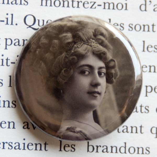 Badge carte postale vintage Sincères Affections en soldes sur A Little Market