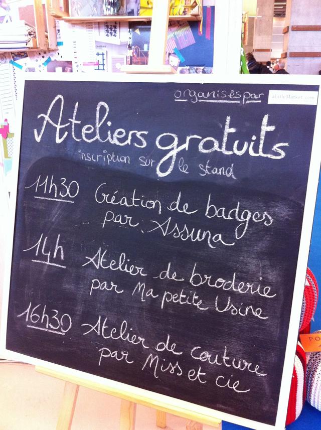 Atelier création de badges assuna sur le stand A Little Market à la Foire de Paris