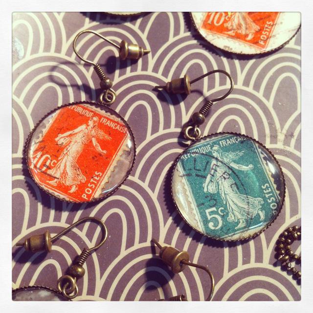 Les Filles de Saison spéciale upcycling, boucles d'oreilles timbres vintages Assuna