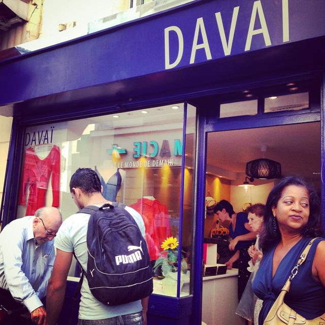 A l'inauguration de la boutique de Davaï