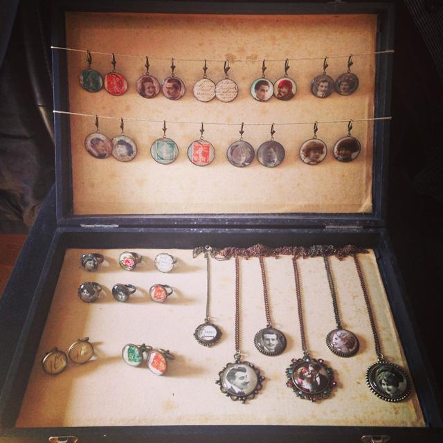 Ma petite valise de présentation de la collection de bijoux en cartes postales le jour de la commission d'admission