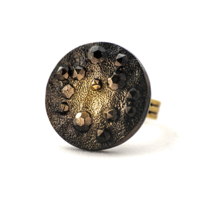 Assuna - Grande bague Lucienne dorée - Face