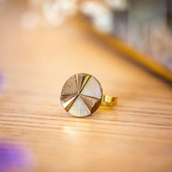 Assuna - Petite bague Angèle or - bouton ancien - inspiration vintage