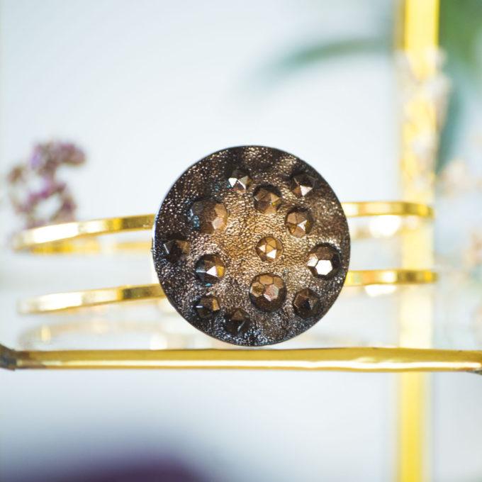 Bracelet bouton ancien manchette Lucienne doré