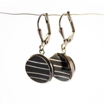 Boucles d'oreilles dormeuses Louise argentées et noires