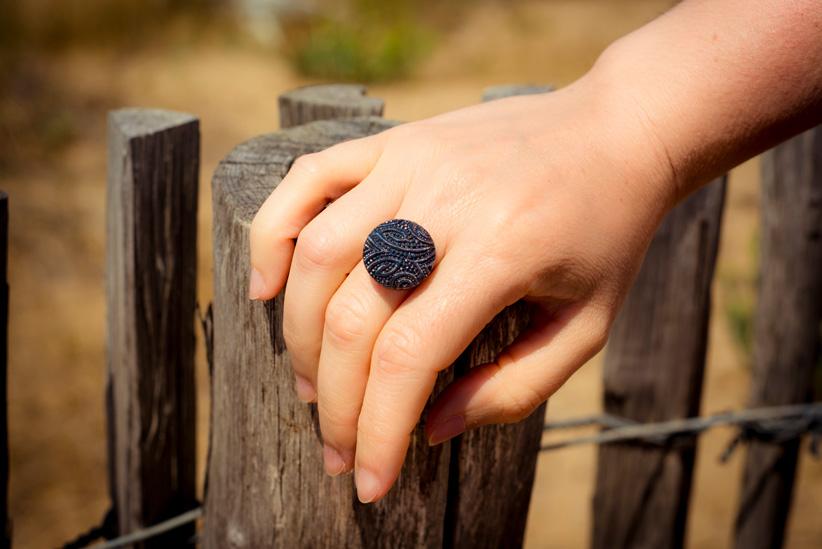 Assuna – Petite bague Garance bleue – Look