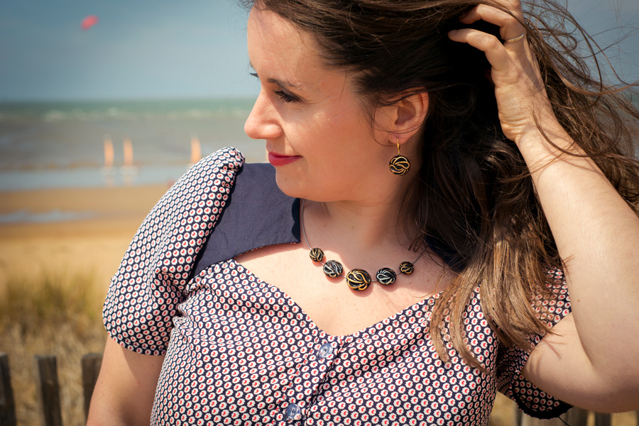 Assuna – Boucles d'oreilles dormeuses et collier Andrée or look