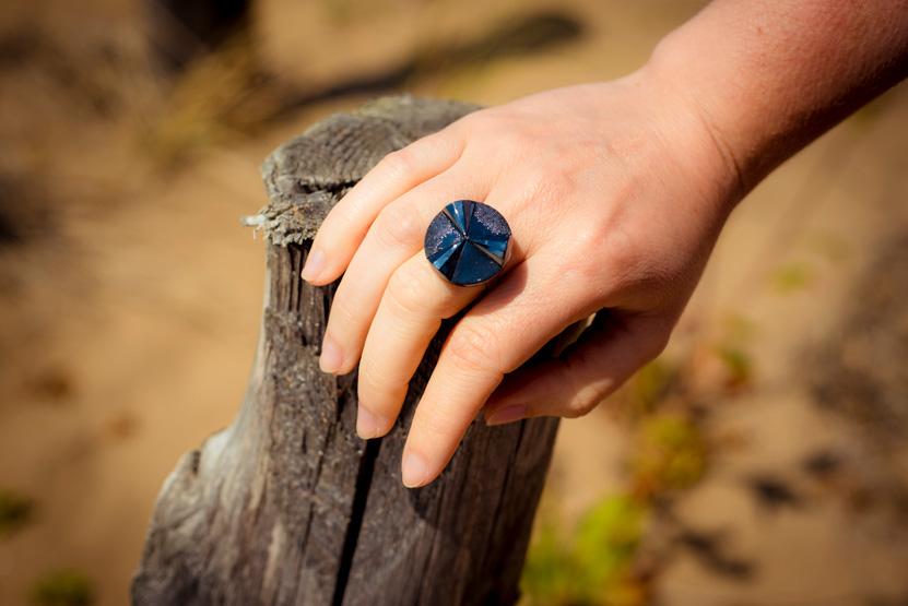 Assuna – Bague bouton ancien Angèle bleu – Look