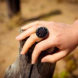 Assuna - Bague bouton ancien Sybille noir look