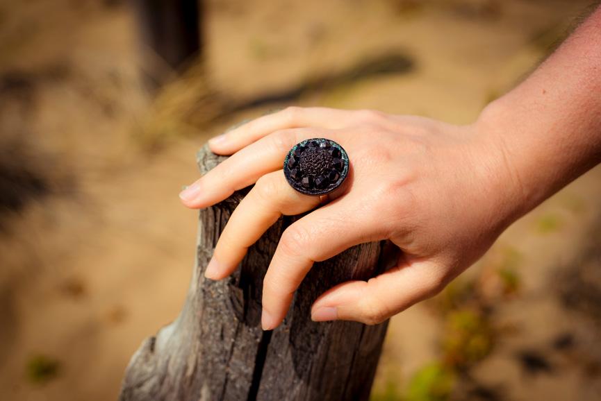 Assuna – Bague bouton ancien Sybille noir look