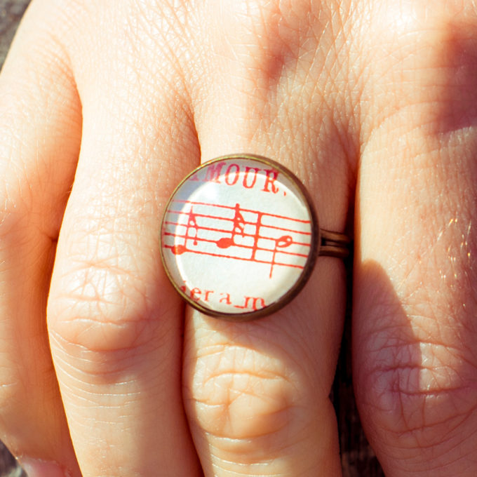 Bague partition ancienne notes rouges amour détail