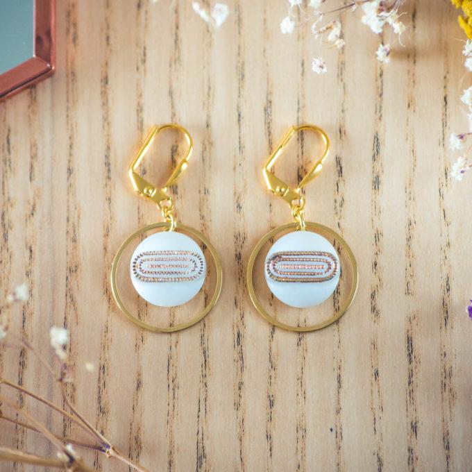 Assuna - Boucles d'oreilles petites dormeuses cercles Georgette blanc inspiration vintage