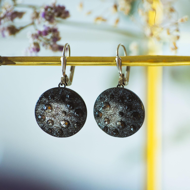 Assuna – Boucles d'oreilles grandes dormeuses Lucienne argent vitrine