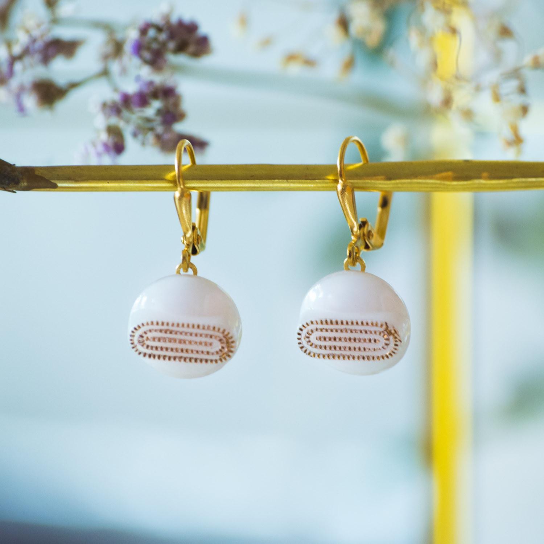 Boucles d'oreilles dormeuses bouton ancien Georgette blanc inspiration vintage