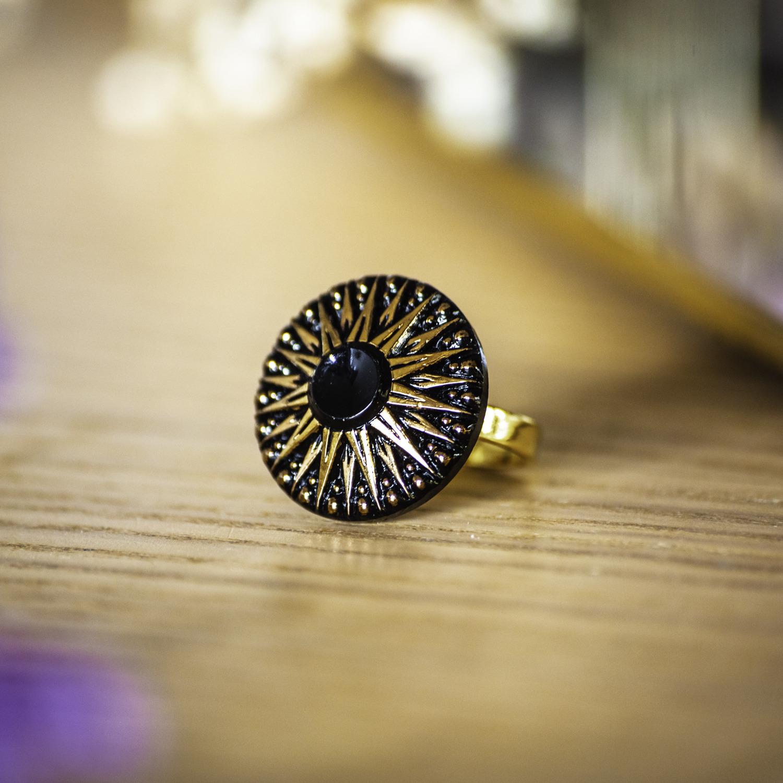 Bague Léontine dorée – bouton ancien – inspiration vintage