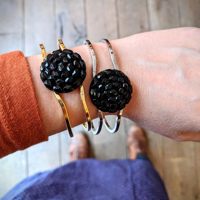 Bracelet vintage Gilberte noir et or – look