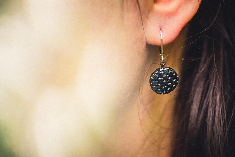 Assuna – Petites dormeuses Thémis – Boucles d'oreilles bouton ancien acier chirurgical – Look porté