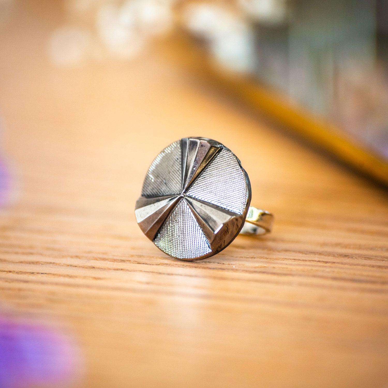 Bague Angèle argentée – bouton ancien – inspiration vintage