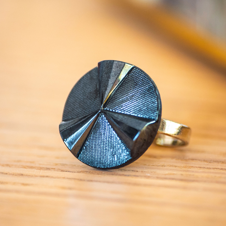 Assuna – zoom Bague Angèle bleu – bouton ancien – inspiration vintage