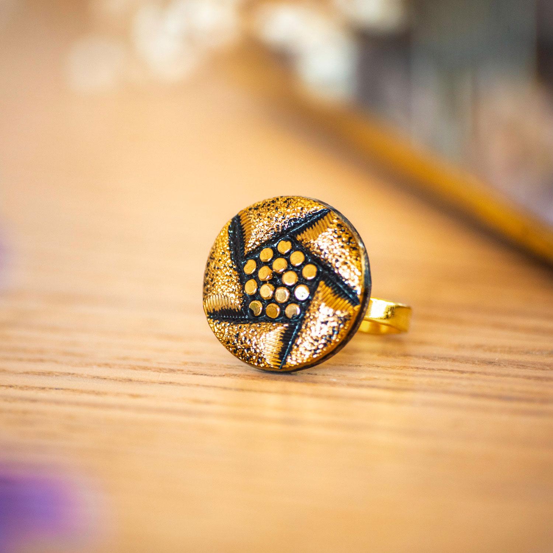 Assuna – Bague Arlette dorée – Bague bouton ancien d'inspiration vintage