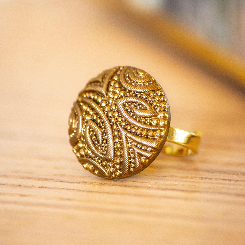 Assuna – zoom Bague Garance dorée – bouton ancien – inspiration vintage