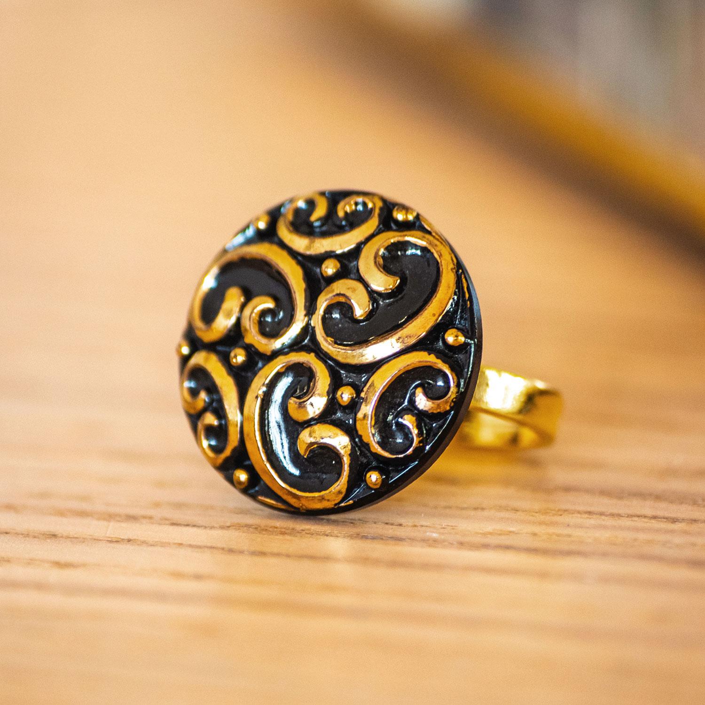 Assuna – zoom Bague Thelma dorée – bouton ancien – inspiration vintage