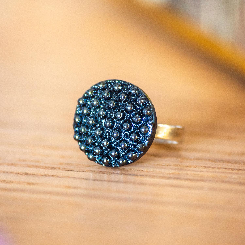 Assuna – zoom Petite bague Bertille bleue – Petite bague bouton ancien d'inspiration vintage