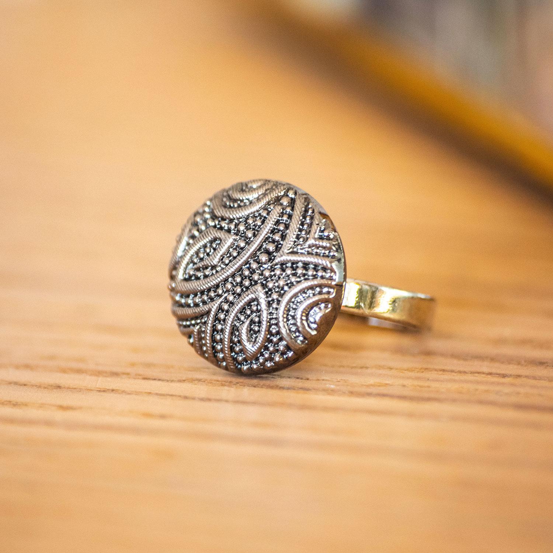 Assuna – zoom Petite bague Garance argentée – bouton ancien – inspiration vintage
