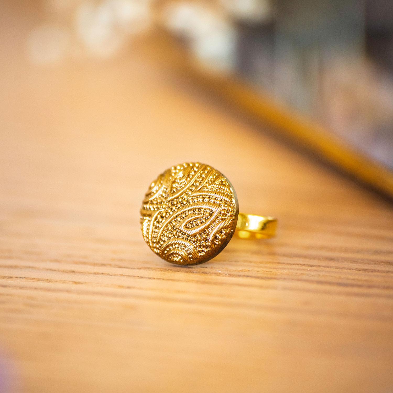 Assuna – Petite bague Garance dorée – bouton ancien – inspiration vintage