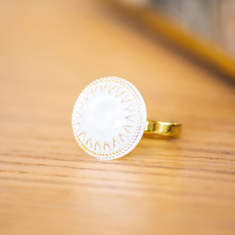 Assuna – zoom Petite bague Lucie – bouton ancien – inspiration vintage