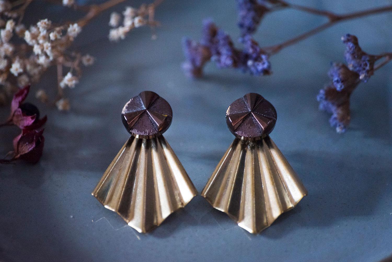 Assuna – Boucles Comète Angèle bronze – Boucles d'oreilles bouton ancien sur estampe en éventail