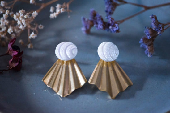 Assuna - Boucles Comète Diane - Boucles d'oreilles bouton ancien sur estampe en éventail