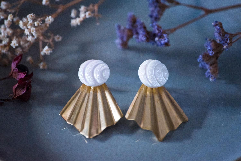 Assuna – Boucles Comète Diane – Boucles d'oreilles bouton ancien sur estampe en éventail