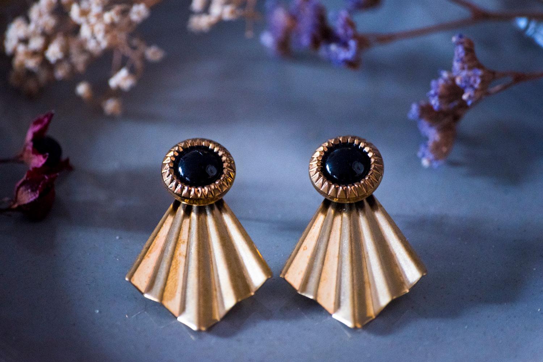 Assuna – Boucles Comète Eva – Boucles d'oreilles bouton ancien sur estampe en éventail