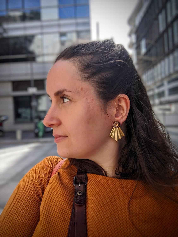 Assuna – Boucles Comète Mathilde – Boucles d'oreilles bouton ancien sur estampe en éventail – Look