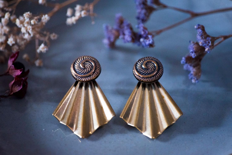 Assuna – Boucles Comète Galatée – Boucles d'oreilles bouton ancien sur estampe en éventail
