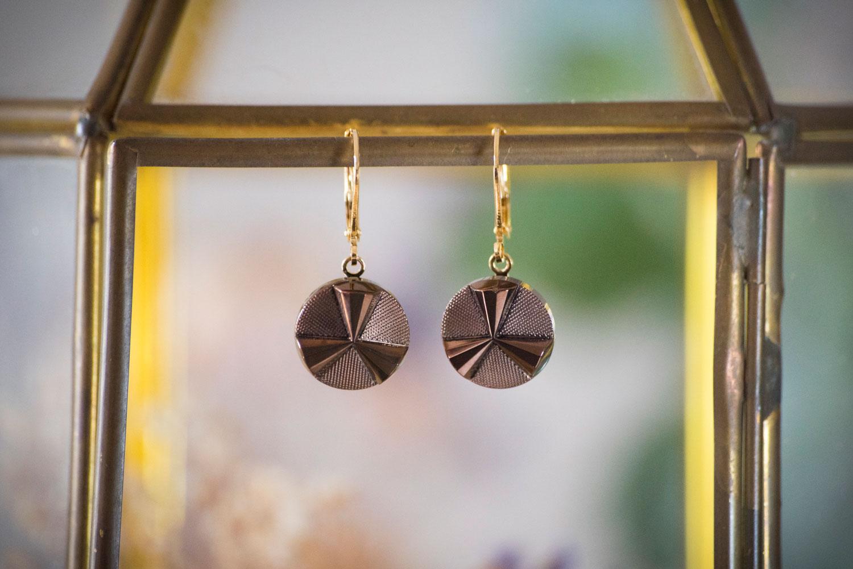 Assuna – Petites dormeuses Angèle bronze – Boucles d'oreilles bouton ancien – doré à l'or fin