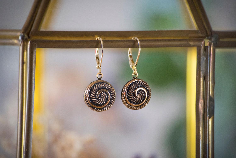 Assuna – Petites dormeuses Galatée – Boucles d'oreilles bouton ancien – doré à l'or fin