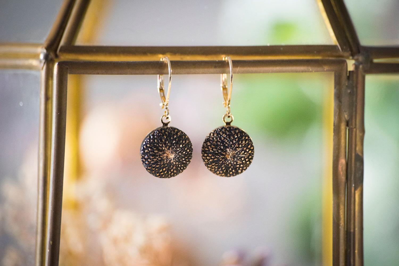 Assuna – Petites dormeuses Victoire dorées – Boucles d'oreilles bouton ancien – doré à l'or fin