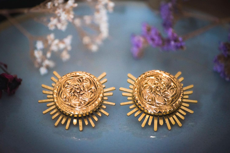 Assuna – Boucles Solare Flora – Boucles d'oreilles bouton ancien sur estampe solaire