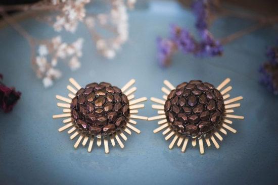 Assuna - Boucles Solare Gilberte - Boucles d'oreilles bouton ancien sur estampe solaire