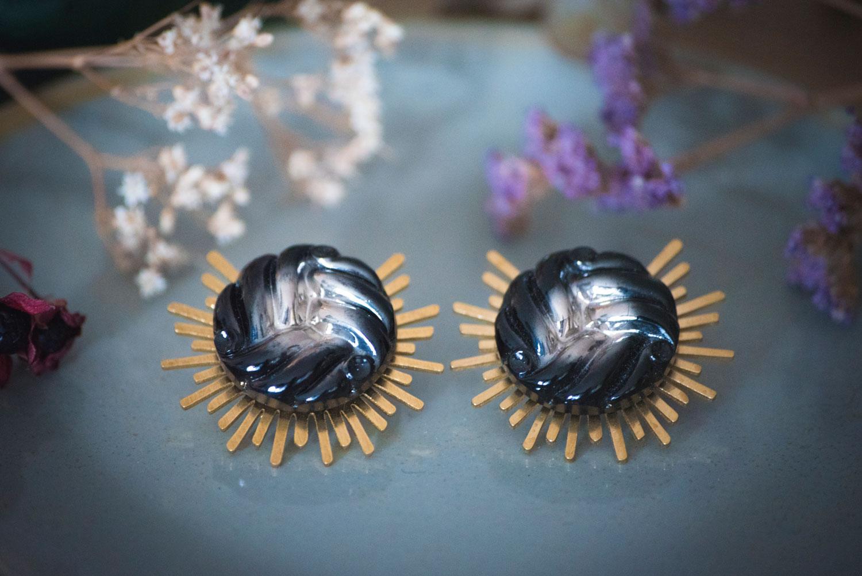 Assuna – Boucles Solare Héloïse – Boucles d'oreilles bouton ancien sur estampe solaire