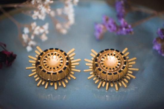 Assuna - Boucles Solare Mathilde - Boucles d'oreilles bouton ancien sur estampe solaire