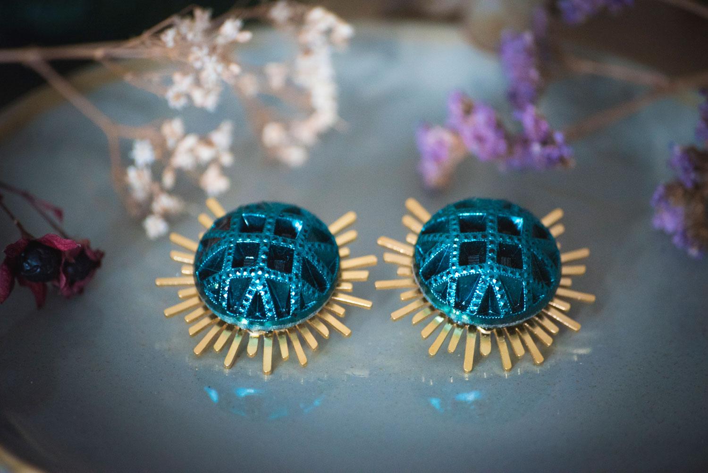 Assuna – Boucles Solare Reine vert – Boucles d'oreilles bouton ancien sur estampe solaire