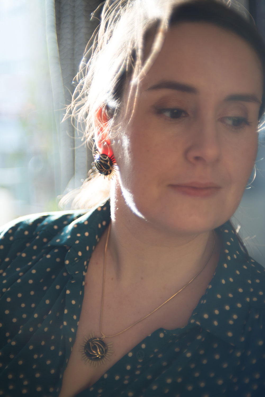 Assuna – Collier et boucles Solare Andrée – Collier et boucles d'oreilles bouton ancien sur estampe solaire