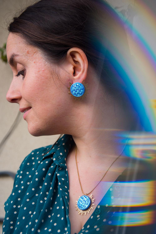 Assuna – Collier et boucles Solare Mila – Collier et boucles d'oreilles bouton ancien sur estampe solaire