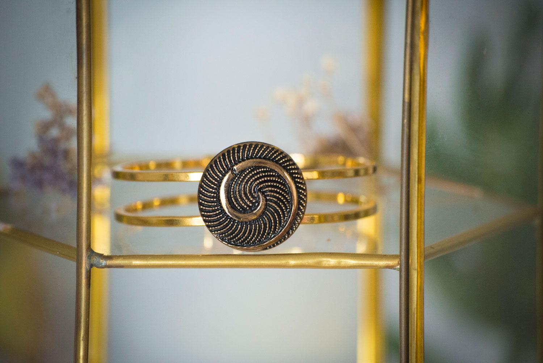 Assuna – Bracelet vintage Galatée – bracelet rigide avec un bouton ancien