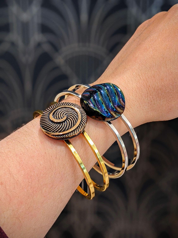 Assuna – Bracelets vintage Galatée et Simone – bracelets rigides avec un bouton ancien