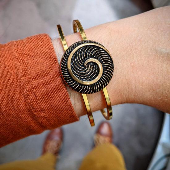 Assuna - Bracelet vintage Galatée porté - bracelet rigide avec un bouton ancien