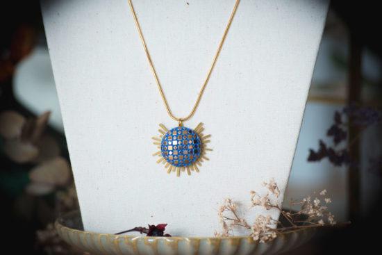 Assuna - Collier Solare Eugénie bleu - Collier vintage bouton ancien sur estampe solaire
